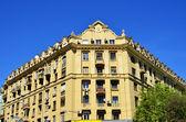 Grande edificio appartamento giallo — Foto Stock
