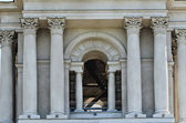 Entrance to the architectural structure with columns, arch and s — Stock Photo