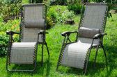 Dos chaise longue en el jardín de verano — Foto de Stock
