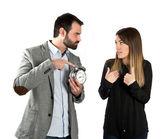 злой человек, потому что его подруга говорить столько на телефон — Стоковое фото