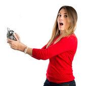 молодая девушка, держа антикварные часы на белом фоне — Стоковое фото