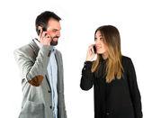 çift izole arka plan üzerinde konuşmak için telefon. — Stok fotoğraf