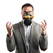 Ung affärsman med gasmask över vit bakgrund — Stockfoto