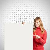 Junge blonde mädchen halten plakat über ikonen-hintergrund — Stockfoto