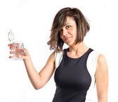 Bella ragazza tenendo una bottiglia vuota di vetro sopra sfondo bianco — Foto Stock