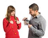 Enojado hombre porque su novia ha llegado tarde a una cita — Foto de Stock