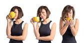 Jolie fille tenant une tasse de café sur fond blanc — Photo