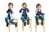 Niño gritando y haciendo gesto de silencio sobre fondo blanco — Foto de Stock
