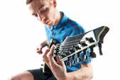 在白色背景在弹吉他的年轻人 — 图库照片