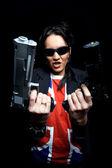 Punk meisje met twee kanonnen — Stockfoto