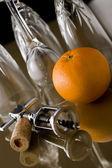 Bicchieri, cavatappi e arancio — Foto Stock