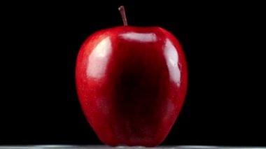 スーパー 35 mm カメラ - 黒の背景を回す美しい赤いリンゴ — ストックビデオ