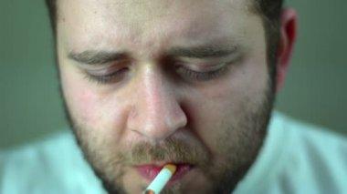 SUPER 35MM CAMERA - Funny man smoking a cigarette funnily — Stock Video