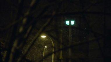 In der stadt in der nacht geschneit. — Stockvideo