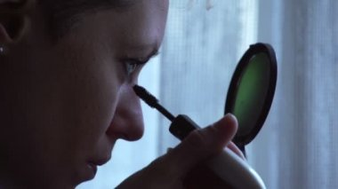 Sony FS-100 - Young woman doing her eyelashes with mascara! — Stock Video