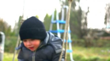 スーパー 35 mm カメラ - 幸せで陽気な子供スイング、スイングから落ちてくる — ストックビデオ