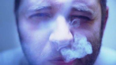SUPER 35MM CAMERA - Man smoking a cigarette. — Stock Video