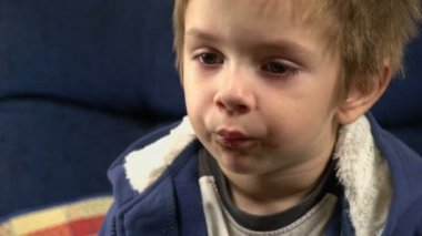 Sony FS-100 - Young boy eating sweets. — Stock Video
