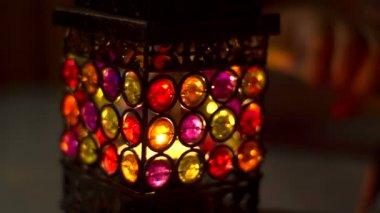 Krásné plameny svíček v černočerná tma v noci — Stock video