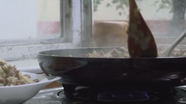 Super 35mm camera - frying minced meat on a Teflon pan with chopped onion — Stock Video