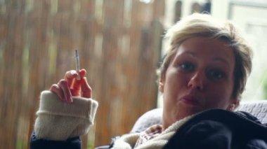 Süper 35mm fotoğraf makinesi - açık havada sigara genç bir kadın — Stok video