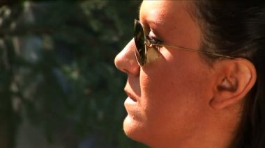 Young mid adult girl with sun glasses talking. — Stock Video