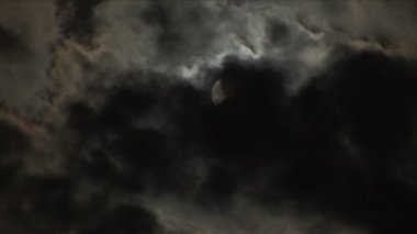 luna piena con nuvole chiare, passando — Video Stock #26289183