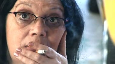 Woman smoking — Stock Video