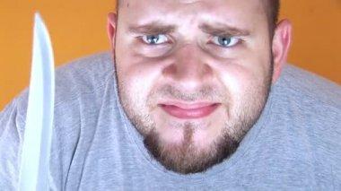 Clip d'un homme qui joue avec un couteau de boucher — Vidéo