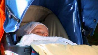 Baby sleeping outdoors — Stock Video