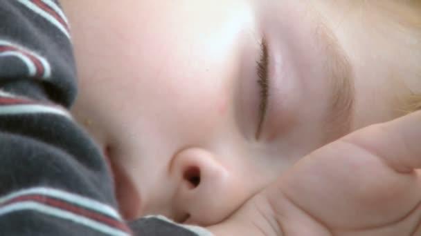 Garçon de quatre ans de sommeil — Vidéo