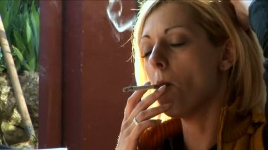 Young, pretty girl smoking and talking close-up — Stock Video