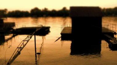 Abenddämmerung über den fluss sava mit pontons und docks — Stockvideo
