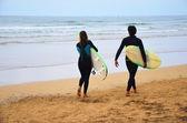 Surfeurs sur la plage — Photo