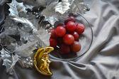 Zilverkleurige kerstboom branch, druiven en geel crescent — Stockfoto