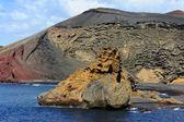 Roccia vicino laguna verde, lanzarote, isole canarie, el golfo, spa — Foto Stock
