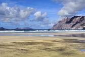 Playa de famara, lanzarote, islas canarias, españa — Foto de Stock