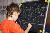 мальчик писать письма — Стоковое фото