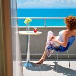 redhaired joven mujer disfrutando de una vista al mar — Foto de Stock   #19519203