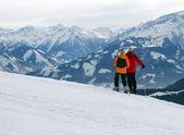Två skidåkare njuta bergsutsikt — Stockfoto