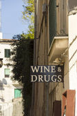 Wine and drugs sign on the wall — Стоковое фото