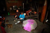 Dwelling Interior Asian peasant farmers, Chinese woman with a Child — Stock Photo