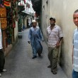 Young Dark-skinned Africans Stand Near Walls Houses In Stone Town. — Stock Photo