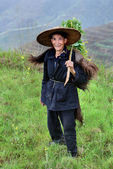 Chinese peasant shepherd wearing cloak an animal skin, rural China — Stock Photo