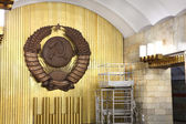 Coat of arms a Soviet Union in interior subway station. — Stock Photo