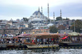 A view from Galata Bridge Traditional fish restaurant by the sea and the Suleymaniye Mosque in the background, Istanbul — Stock Photo