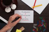 рука женщины, писать на бумаге стратегии — Стоковое фото