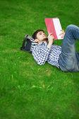 Vacaciones en el parque en el césped — Foto de Stock