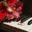 Foto Stock: Wedding rings on piano