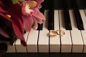 Wedding rings and keys — Stock Photo